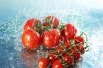 Rajčata - obsahují lykopen, antioxidant, které chrání buňky před volnými radikály. Navíc napomáhá produkci kolagenu a elastinu, které udržují vlasy silné, pružné a zdravé.