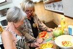 Se třemi druhy salátů a s vařením jí pomáhá kamarádka, neuvěřitelně pružná doktorka Eva.