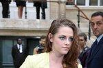 Kristen Stewart: černobílá + neon.