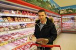 """Výživový poradce Petr Havlíček hledá v obchodě zboží s etiketou """"Vím, co jím""""."""