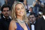 V modrých šatech a profesionálně nalíčená vypadala na třicet..-