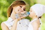 Pitný režim dětí v horku: Hodně vody škodí!