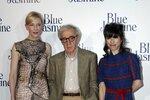 Podivný, i když rozhodně veselejší model, si na premiéru vybrala i herečka Sally Hawkins (vpravo).
