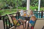 Snídaně na Mikuláše – pátého prosince džusíček a ovoce na terase. To by šlo.