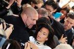 Kim Kardashian napadl v Paříži šílený fanoušek: Chtěl ji stáhnout k zemi