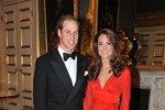 Vévodkyně v červených večerních šatech