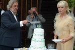 Krájení svatebního dortu se vůbec nemuseli dočkat, kdyby se souhlasu se svatbou neujala Karasové dcera.