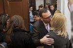 Petr Nečas líbá před soudní síní Janu Nečasovou (20. listopad 2014)