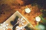 DÁRKY Zabalte je do přírodního balicího papíru. Z perníkového těsta vykrájejte různě velká kolečka, špejlí vytvořte knoflíkové dírky, upečte a ozdobte. Na zabalený dárek připevněte upečené knoflíky bílou vlnou.