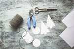 Potřebujete: Tvrdší papír, nůžky, vysekávací kleště (případně děrovačku), dlouhý a hlavně hezký provázek.