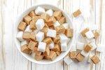 """Bílému cukru se často přezdívá """"bílá smrt"""", zato třtinový cukr je i spousta odborníky považován za zdravý. Ve skutečnosti jsou však oba zdrojem sacharózy, jejížnadbytečná konzumace nezpochybnitelně způsobuje vážné zdravotní problémy. Kde se tak skutečně skrývá pravda? Na to vám ve videu pro pořad Rozum v troubě pro Mall.tv odpoví specialista na výživu Petr Havlíček a šéf Pražského kulinářského institutu Roman Vaněk."""