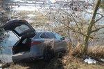 Luxusní porsche sjelo do rybníku: Když ho vytáhli, řidič nastartoval a odjel
