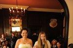 Bára Kodetová si vzala k bílým šatům zelené střevíce. K oltáři ji vedla dcera Lily.