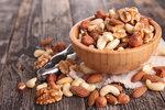 Mandle, vlašské ořechy, pistácie, kešu. Všechny ořechy obsahují vitaminy, minerály a železo. Zároveň jsou bohatým zdrojem zdravých tuků. Pokud vás honí mlsná, mnohem lépe uděláte, když si večer k televizi místo slaných chipsů dopřejete hrst oříšků. Ovšem i tady platí, že nic se nemá přehánět!