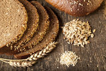 Jeden plátek celozrnného chleba má 330 kJ, minimálně 2 gramy vlákniny a 1 gram sacharidů.