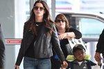 Sandra na letišti se svým synem Louisem.