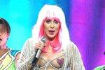 Další z řady extravagantních outfitů na jejím loňském turné