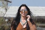 Cher předvedla na pláži extravagantní modely. Nebojí se ani průsvitné krajky!