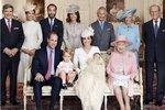 Na fotografii jsou Michael Middleton, Pippa Middleton, Jacob Middleton, Carol Middleton, princ Charles, vévodkyně z Cornwallu, vévoda z Edinburghu, princ William, princ George, vévodkyně z Cambridge a královna Alžběta II.