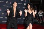 Jeremy Scott s Katy Perry otiskují své dlaně do betonu.