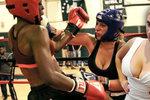 Kozatá bojovnice MMA: Pomoc, mám moc těžká prsa