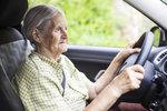 Jízda mimo obec zakázána: Lékař určuje seniorům, kde mohou řídit auto