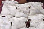 Z jedněch svatebních šatů bylo ušito sedmero šatiček na pohřby novorozenců.