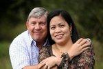 Ron se svojí osmou manželkou Wang.