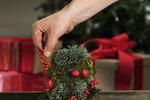 Mechový kužel ozdobte připravenými plody. Jeřabiny a šišky omotejte drátkem, který pak zapíchnete do formy, větvičky různých jehličnanů připevněte kovovými sponkami a zakrslá granátová jablíčka napíchněte na párátka, která se pak do formy budou snadno připveňovat.