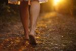Chodit bosky je trendy! Prospívá to zdraví? Jen sezónně, tvrdí odborníci