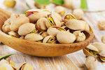 Dopřejte si něco dobrých tuků z ořechů a semínek, nepražených a nesolených.