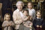 Královna Alžběta se svými pravnoučaty. Zleva: James, vikomt Severn, jeho sestra lady Louise Alice Elizabeth Mary Mountbatten-Windsor, Mia Tindall, královna, princezna Charlotte, Savannah Phillips, princ George a Isla Phillips
