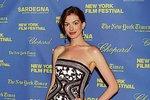 Anne Hathaway je také jednou z důvěřivých krásek, která svěřila svou kreditní kartu do rukou Perezové