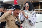 Cher vtipkovala se strážníkem.
