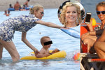 Eva Herzigová si neodpočine ani na dovolené, děti na pláži jí dávají pěkně zabrat!