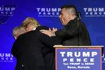 Trumpa uprostřed projevu evakuovala ochranka. V davu pak propukla panika