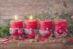 Adventní věnec se čtyřmi svíčkami, které postupně každou neděli zapalujeme, najdeme ve většině našich domácností. Proč ale letos neudělat změnu? Vždyť vánoční dekorace nemusí vypadat pořád stejně. Popusťte uzdu své fantazii a ozdobte tentokrát stůl kreativnější variantou.