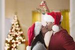 Nejsou to ani ponožky, ani nový holicí strojek, a možná ani nové lyže nebo kolo, i když i to může udělat pod stromečkem radost. Jsou ale věci, které by si většina mužů přála, ale bojí se o to svým partnerkám říct. Co byste jim tedy měly přibalit k ostatním vánočním dárkům?
