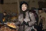 Carmen Mayerová na vánočním bazaru Dagmar Havlové.