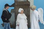 Natáčení scény, kdy anděl Petronel přezkušuje Jiřinu Bohdalovou u nebeské brány