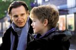 Liam Neeson hrál otce Sama, který se zamiloval do zpěvačky Joanne.