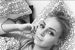 Markéta Konvičková leží v posteli a šetří si hlasivky.