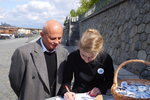 Michal Horáček s manželkou Michaelou v Praze na náplavce při zahájení sběru podpisů pro kandidáta (16. 4. 2017)