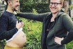 Muž brzy porodí své první dítě. S přítelem už ale dvě vychovávají