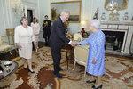 Královna Alžběta přijala Miloše Zemana, ten přivedl i první dámu Ivanu a dceru Kateřinu