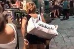 Pikantní zábava pro turisty: Nadržená dvojice si užívala sex uprostřed náměstí