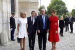 Trumpovi ve Francii: Americký prezident s první dámou Melanií a Emmanuelem a Brigitte Macronovými