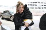 Shakira nese svou dceru Sashu na letišti v Bostonu.
