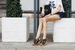 Vždy jste obdivovala dlouhonohé modelky procházející se po přehlídkových molech? Dlouhé nohy ale můžete mít i vy! Stačí se naučit pár stylingových triků a budete mít nohy až do nebe.
