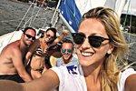 Zorka Hejdová s přáteli na plachetnici